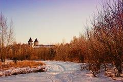 Όμορφο τοπίο της φύσης και του αρχαίου chirch στο υπόβαθρο χειμώνας εποχής τοπίων ωρών στοκ εικόνα με δικαίωμα ελεύθερης χρήσης