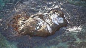 Όμορφο τοπίο της φύσης, ωκεανός, βράχοι, ακτή απόθεμα βίντεο