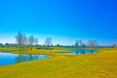 Όμορφο τοπίο τοπίων με το τραχύ φίλτρο κρητιδογραφιών, το γήπεδο του γκολφ, το φωτεινό μπλε ουρανό, την ηλιόλουστη ημέρα, τις μικ Στοκ εικόνες με δικαίωμα ελεύθερης χρήσης