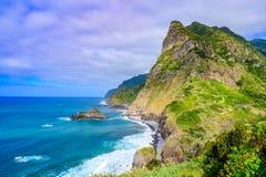 Όμορφο τοπίο τοπίων του νησιού της Μαδέρας - δείτε από Miradouro de Sao Cristovao στη βόρεια ακτή, περιοχή του Vicente Σάο στοκ εικόνα με δικαίωμα ελεύθερης χρήσης