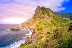 Όμορφο τοπίο τοπίων του νησιού της Μαδέρας - δείτε από Miradouro de Sao Cristovao στη βόρεια ακτή, περιοχή του Vicente Σάο στοκ φωτογραφία με δικαίωμα ελεύθερης χρήσης