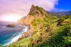 Όμορφο τοπίο τοπίων του νησιού της Μαδέρας - δείτε από Miradouro de Sao Cristovao στη βόρεια ακτή, περιοχή του Vicente Σάο στοκ εικόνες
