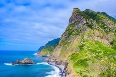 Όμορφο τοπίο τοπίων του νησιού της Μαδέρας - δείτε από Miradouro de Sao Cristovao στη βόρεια ακτή, περιοχή του Vicente Σάο στοκ φωτογραφίες
