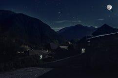 Όμορφο τοπίο του ορεινού χωριού Ilisu στη βουνοπλαγιά Μεγάλα βουνά Καύκασου τη νύχτα στο φως πανσελήνων Natu του Αζερμπαϊτζάν Στοκ Φωτογραφίες