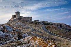 Όμορφο τοπίο του παλαιών φρουρίου/της ακρόπολης Enisala με το νεφελώδεις ουρανό και τους βράχους Στοκ Εικόνα