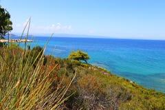 Όμορφο τοπίο του sithonia Ελλάδα στο νερό και τον ουρανό και η δύσκολη ακτή μια ηλιόλουστη ημέρα Στοκ Εικόνες