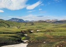 Όμορφο τοπίο των πράσινων κοιλάδων και rhyolite Hvanngil βουνών που καλύπτονται με το χιόνι, ίχνος Laugavegur, Χάιλαντς της Ισλαν στοκ φωτογραφίες