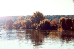 Όμορφο τοπίο φθινοπώρου με τη λίμνη και τα δέντρα στοκ φωτογραφία