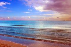 Όμορφο τοπίο φθινοπώρου με τη λίμνη και τη treesAmazing ζωηρόχρωμη άποψη της ήρεμης θάλασσας στοκ φωτογραφίες με δικαίωμα ελεύθερης χρήσης