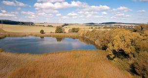 Όμορφο τοπίο φθινοπώρου με τη μικρή λίμνη απόθεμα βίντεο