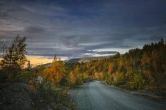 Όμορφο τοπίο φθινοπώρου στο ηλιοβασίλεμα στα βουνά στοκ εικόνα με δικαίωμα ελεύθερης χρήσης