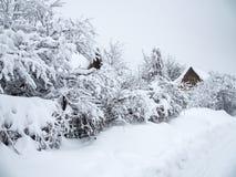 Όμορφο τοπίο χειμερινής επαρχίας Χιόνι που τόσο πολύ γέμισε επάνω το δρόμο και τα σπίτια στοκ εικόνες