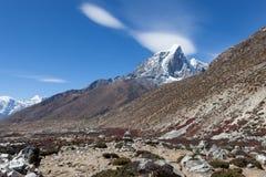 Όμορφο τοπίο Himalayan με την αιχμή βουνών Στοκ εικόνα με δικαίωμα ελεύθερης χρήσης