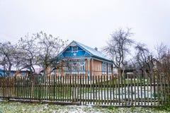 Όμορφο του χωριού σπίτι με το χαρασμένο ξύλο του, στις 11 Νοεμβρίου 2017, Στοκ φωτογραφία με δικαίωμα ελεύθερης χρήσης