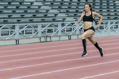 όμορφο τρέξιμο κοριτσιών Στοκ εικόνες με δικαίωμα ελεύθερης χρήσης