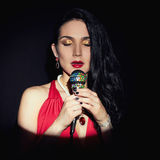 Όμορφο τραγουδώντας κορίτσι Γυναίκα με το μικρόφωνο Στοκ εικόνα με δικαίωμα ελεύθερης χρήσης