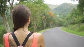 Όμορφο τροπικό δάσος με έναν νέο ταξιδιώτη γυναικών στο δρόμο στη δασική Ταϊλάνδη Θηλυκοί περίπατοι σε ένα τροπικό δάσος φιλμ μικρού μήκους