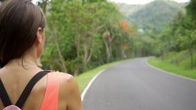 Όμορφο τροπικό δάσος με έναν νέο ταξιδιώτη γυναικών στο δρόμο στη δασική Ταϊλάνδη Θηλυκοί περίπατοι σε ένα τροπικό δάσος απόθεμα βίντεο