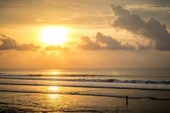 Όμορφο τροπικό ηλιοβασίλεμα επάνω από τον ωκεανό, Μπαλί, Ινδονησία Στοκ εικόνα με δικαίωμα ελεύθερης χρήσης