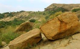 Όμορφο τροπικό τοπίο λόφων του sittanavasal ναού σπηλιών σύνθετου στοκ εικόνες