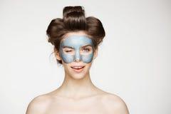 Όμορφο τρυφερό γυμνό κορίτσι στα ρόλερ τρίχας και την του προσώπου μάσκα που εξετάζει το χαμόγελο καμερών που κλείνει το μάτι πέρ Στοκ εικόνες με δικαίωμα ελεύθερης χρήσης