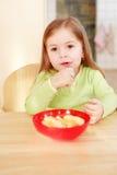όμορφο τρώγοντας κορίτσι &mu Στοκ φωτογραφία με δικαίωμα ελεύθερης χρήσης