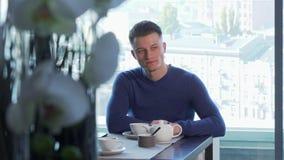Όμορφο τσάι κατανάλωσης ατόμων, που περιμένει κάποιο στο εστιατόριο φιλμ μικρού μήκους