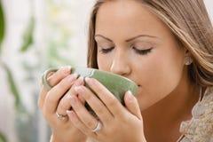 Όμορφο τσάι κατανάλωσης κοριτσιών Στοκ φωτογραφία με δικαίωμα ελεύθερης χρήσης