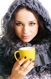 όμορφο τσάι φλυτζανιών brunette κί&ta Στοκ Φωτογραφία