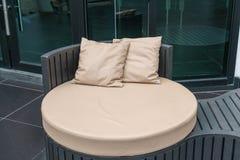 Όμορφο υπαίθριο patio πολυτέλειας με το μαξιλάρι στον καναπέ Στοκ Φωτογραφία