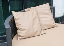 Όμορφο υπαίθριο patio πολυτέλειας με το μαξιλάρι στον καναπέ Στοκ εικόνα με δικαίωμα ελεύθερης χρήσης