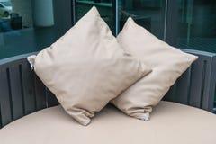 Όμορφο υπαίθριο patio πολυτέλειας με το μαξιλάρι στον καναπέ Στοκ φωτογραφία με δικαίωμα ελεύθερης χρήσης