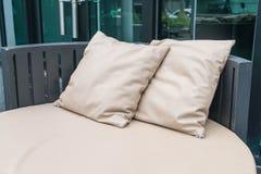 Όμορφο υπαίθριο patio πολυτέλειας με το μαξιλάρι στον καναπέ Στοκ Εικόνες