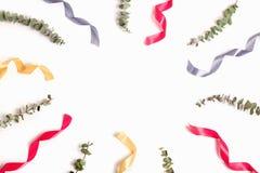 Όμορφο υπόβαθρο με τον ξηρό ευκάλυπτο και τις ζωηρόχρωμες κορδέλλες Στοκ φωτογραφία με δικαίωμα ελεύθερης χρήσης