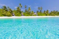 Όμορφο υπόβαθρο παραλιών, μπλε θάλασσα και πράσινοι φοίνικες Διακοπές θερινού ταξιδιού και έννοια υποβάθρου διακοπών Στοκ εικόνα με δικαίωμα ελεύθερης χρήσης