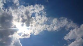 Όμορφο υπόβαθρο των σύννεφων φιλμ μικρού μήκους