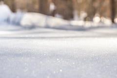 Όμορφο υπόβαθρο των χιονωδών ακτίνων ήλιων λόφων την άνοιξη στοκ φωτογραφίες