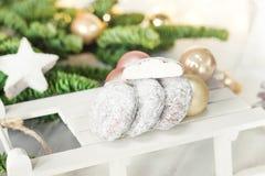 Όμορφο υπόβαθρο Χριστουγέννων με τη χιονιά μπισκότων σε ξύλινο Στοκ Φωτογραφία