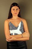 Όμορφο δυτικό κορίτσι που εξετάζει το θεατή Στοκ φωτογραφία με δικαίωμα ελεύθερης χρήσης