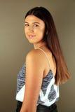 Όμορφο δυτικό κορίτσι που εξετάζει το θεατή Στοκ Εικόνες