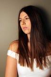 Όμορφο δυτικό κορίτσι που κοιτάζει μακριά Στοκ Εικόνες
