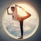 Όμορφο φίλαθλο κατάλληλο asana Natarajasana γιόγκας πρακτικών γυναικών γιόγκη - ο Λόρδος του χορού θέτει σε ένα στρογγυλό παράθυρ Στοκ φωτογραφία με δικαίωμα ελεύθερης χρήσης