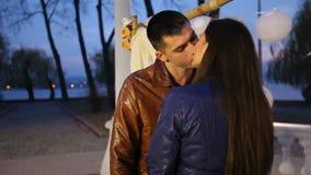 Όμορφο φίλημα ανδρών και γυναικών στο πάρκο κατά μια ρομαντική ημερομηνία απόθεμα βίντεο
