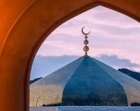 Όμορφο φεγγάρι σημαδιών Ισλάμ στο masque με το υπόβαθρο ουρανού βραδιού στοκ εικόνες
