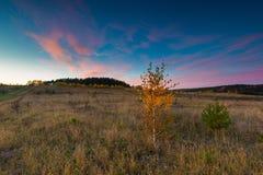Όμορφο φθινοπωρινό τοπίο με τα δέντρα και όμορφη επαρχία Στοκ φωτογραφία με δικαίωμα ελεύθερης χρήσης