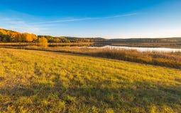 Όμορφο φθινοπωρινό τοπίο με το λιβάδι και τη λίμνη Στοκ εικόνες με δικαίωμα ελεύθερης χρήσης
