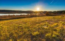 Όμορφο φθινοπωρινό τοπίο με το λιβάδι και τη λίμνη Στοκ Φωτογραφία