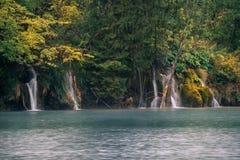 Όμορφο φθινόπωρο και καταρράκτης φύσης στο εθνικό πάρκο Plitvice, Στοκ Εικόνες