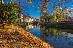 Όμορφο φθινόπωρο στο λεπτοκαμωμένο τέταρτο της Γαλλίας στο Στρασβούργο Στοκ Εικόνα