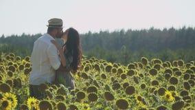 Όμορφο φιλί ζευγών στον τομέα ηλίανθων φιλμ μικρού μήκους